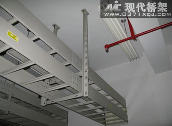 XQJ-T型梯级式电缆桥架具有重量轻,结构简单,成本低,强度大,造型别具,安装方便、散热、透气性好等优点,使用最小量化的连接螺栓,它适用于一般直径较大电缆的敷设,特别适用于高、低压动力电缆的敷设。 梯级式电缆桥架备有护罩,需要配护罩时可在订货时注明,其所有配件与托盘式、槽式桥架通用。   梯级式电缆桥架其表面处理分为静电喷塑、镀锌、喷漆三种,在重腐蚀环境中作特殊防腐处理。  梯式电缆桥架双层安装示例